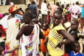 Wanawake na watoto wakiwa kwenye foleni wakisubiri kuandikishwa huko jimbo la Upper Nile nchini Sudan Kusini