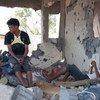 Una familia yemení en su casa, destrozada por combates. Foto: OCHA/Eman