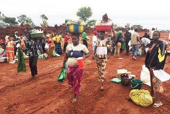 Des femmes centrafricaines transportant de l'aide humanitaire le long d'une route