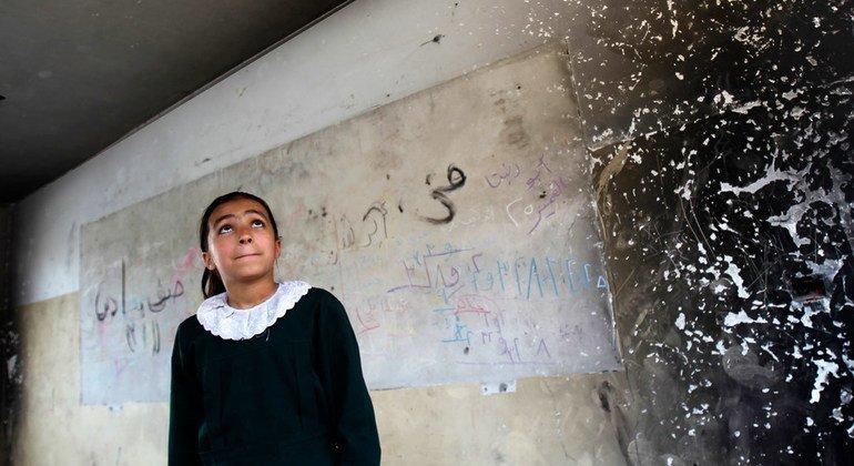 Una niña observa cómo ha quedado su clase, en Gaza, después de las hostilidades.