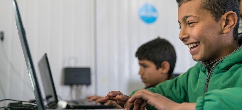 Kicheko kwa mtoto  huyu mkimbizi wa Syria huko Jordan akifurahia kujifunza kwa njia ya teknolojia mpya kwa kutumia lugha ya mama.