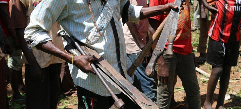 Дети-солдаты из рядов группировки «антибалака» сдают оружие Фото ЮНИСЕФ/Ле Ду