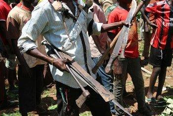 Un comandante de las milicias anti-Balaka colecta las armas entregadas por niños liberados de las filas de grupos armados en la República Centroafricana. Foto: UNICEF/Le Du