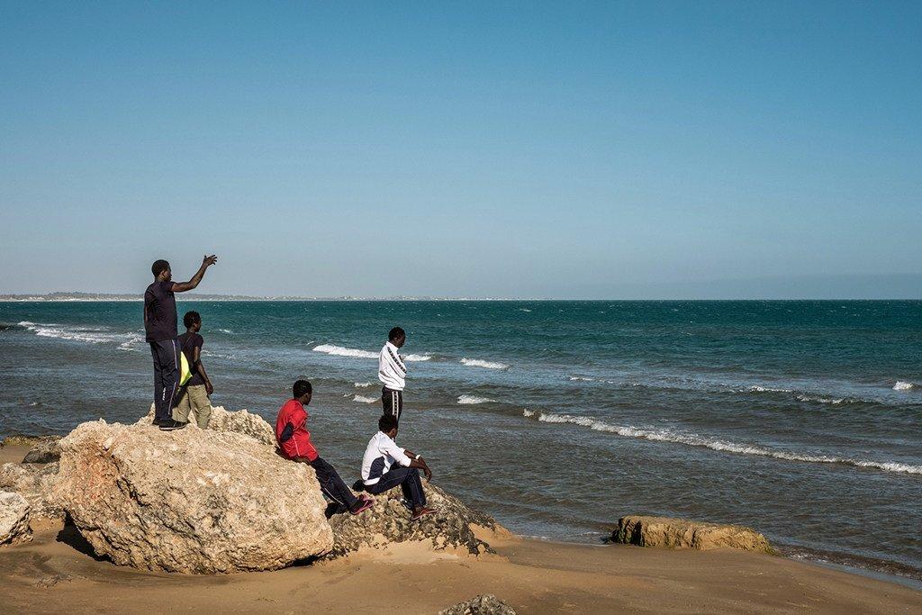 2016年5月17日,一群冈比亚男孩在海滩上玩耍。他们住在意大利西西里岛一个接待无人陪伴移民儿童的寄宿站。