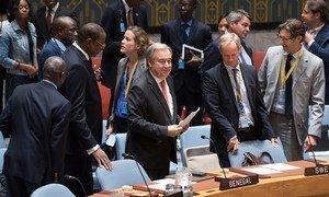 Le Secrétaire général, António Guterres (centre), juste avant de prendre place pour participer au débat du Conseil de sécurité sur le renforcement des capacités africaines dans les domaines de la paix et de la sécurité. Photo ONU/Mark Garten