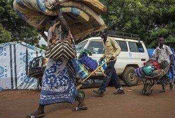 Mkimbizi wa ndani Sudan Kusini akiwa na virago vyake kufuatia ghasia zinazoendelea nchini humo. UNMISS (Maktaba)