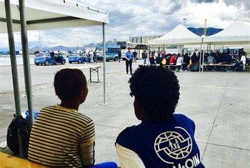 Una trabajadora de la OIM conversa con una migrante nigeriana recién llegada a Italia. Foto: OIM