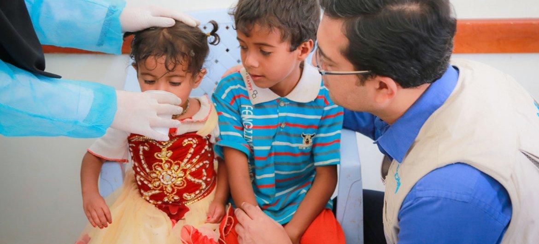 Des enfants atteints de diarrhée aqueuse aiguë et possiblement de choléra sont soignés avec une solution de réhydratation orale dans le centre de santé d'Alsonainah, à Sanaa, au Yémen.