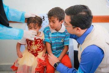 Niños yemeníes reciben tratamiento para el cólera. Un equipo de UNICEF se encarga de que el hospital de Alsonainah tenga suministros. Foto: UNICEF / Fuad