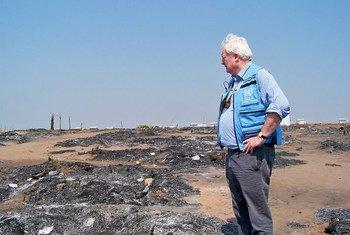 Stephen O'Brien visita el campo de desplazados de Moni, en la República Democrática del Congo, que albergaba a 12.000 personas. El 4 de julio de 2017 estallaron combates y los refugios fueron calcinados. Todas las personas huyeron. Foto: OCHA