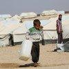 Un niño de cinco años porta un bidón de agua vacío en el campamento de Al-hol, en el noreste de Siria.