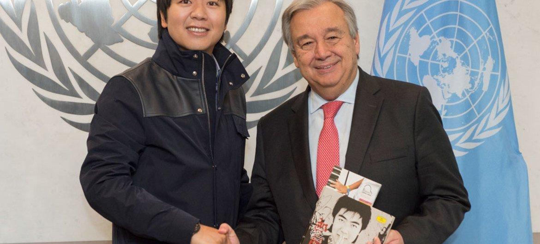 El Secretario General, António Guterres (derecha), se reunió con el Mensajero de la Paz y pianista Lang Lang. Foto: ONU / Eskinder Debebe
