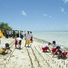 Wakazi wa Kiribati, moja ya nchi zilizopendekezwa kuondolewa katika orodha ya nchi maskini, LDCs wakipanda mikoko eneo la pwani kulinda mazingira