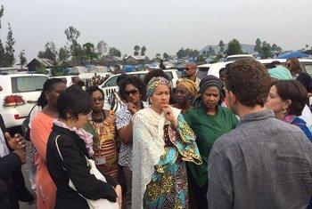 La Vicesecretaria general Amina Mohammed (centro) y la directora ejecutiva de ONU Mujeres, Phumzile Mlambo-Ngcuka, en una misión de alto nivel en el campamento de personas desplazadas de Mugunga, en Goma, en República Democrática del Congo. Foto: ONU / Lulu Gao