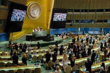 La Asamblea General guarda un minuto de silencio en memoria de Miguel d´Escoto, quien presidiera ese órgano en 2008-2009. Foto: ONU/Manuel Elías