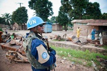 Un commissaire de police se joint à la première patrouille de la MINUSCA à Bangui, capitale de la République centrafricaine.