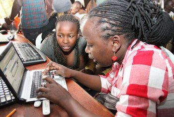 Wasichana na wavulana kutoka kituo cha vijana mjini Nairobi, Kenya wakielezea fikra kuhusu mustakhbali wao kupitia Facebook wakati UNFPA ilipotembelea eneo lao. Na njia hii inasaidia kufanikisha SDGs.