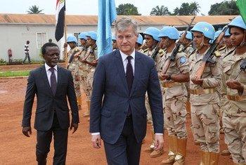 El jefe de las Operaciones de Paz de la ONU, Jean-Pierre Lacroix (derecha) visita a los cascos azules en la República Centroafricana. Foto: MINUSCA
