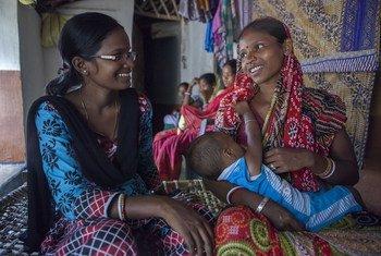 Sumi Madhi, volontaire pour la campagne d'allaitement maternel, intervient à Kudada, en Inde..