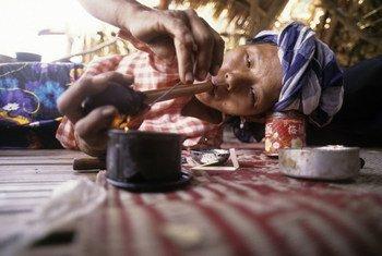 Una mujer fumando opio en una tribu de Tailandia.