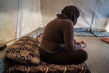 Mulher yazidi, em campo de deslocados internos no Iraque, depois de ser raptada pelo Isil.