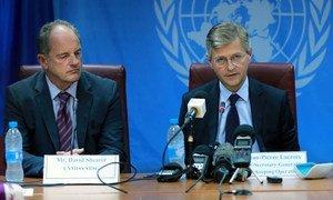 Le Secrétaire général adjoint des Nations Unies aux opérations de maintien de la paix, Jean-Pierre Lacroix (à droite), lors d'une conférence de presse au Soudan du Sud. (août 2017):