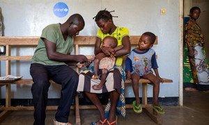 En République démocratique du Congo, un infirmier traite un enfant infecté par le paludisme avec des médicaments donnés par l'UNICEF (archives). Photo/UNICEF/UN064905