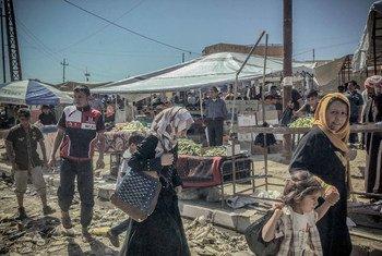 Des civils sur un marché de la partie est de Mossoul, dans le nord de l'Iraq.