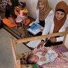 Wahudumu wa afya wakisaidiwa UNICEF wakiwa katika ziara ya mama aliyejifungua mwanae mchanga huko Iraq.