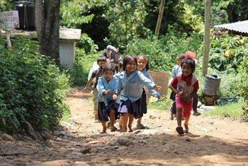 Niños nepalíes juegan después del colegio