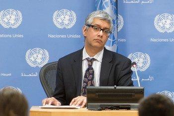 Заместитель пресс-секретаря ООН Фархан Хак на брифинге для журналистов