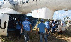 Des observateurs de l'ONU récupérant les derniers chargements d'armes déposées par les FARC-EP (archives).