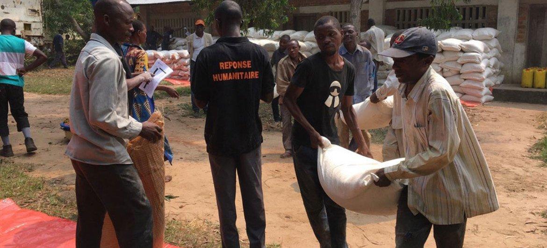 Distribución de alimentos a personas desplazadas vulnerables en la ciudad de Tshilumba, en Kasai Central, en la República Democrática del Congo.
