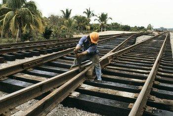 Trabajador de la construcción reparando vías del tren. Foto: Curt Carnemark/Banco Mundial