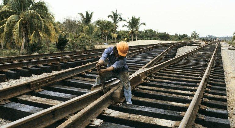 Trabajador de la construcción reparando vías del tren en México.