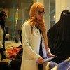 Médica consulta mulher grávida com cólera em Sana'a