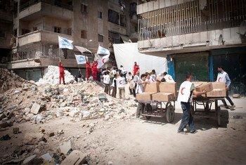 Trabajadores humanitarios entregan ayuda en vecindarios de Aleppo, Siria. Foto: ACNUR