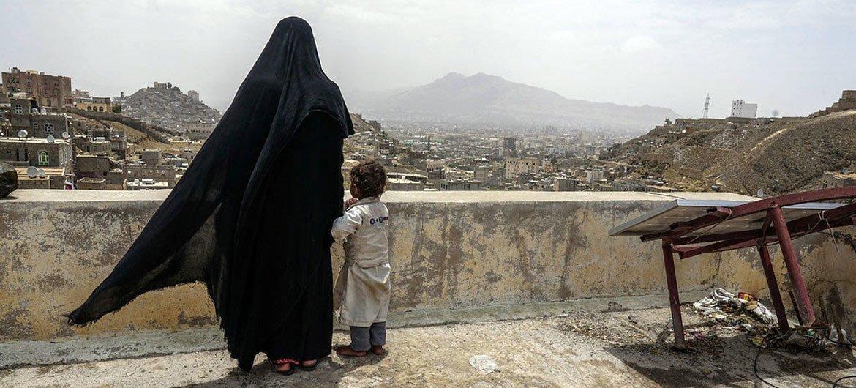 Una mujer y su hija en el tejado de un edificio de Sana'a, Yemen. Foto: Giles Clarke / OCHA