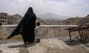 Une femme déplacée et sa fille regarde la ville de Sanaa, au Yémen, du toit d'un bâtiment endommagé. Photo Giles Clarke/OCHA