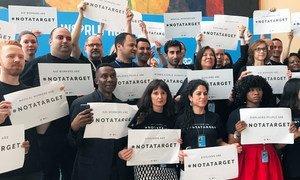 Employés réunis au siège de l'ONU à New York pour attirer l'attention sur le fait que les civils ne sont #NotATarget (Pas une cible) Photo ONU Info/Paulina Carvajal