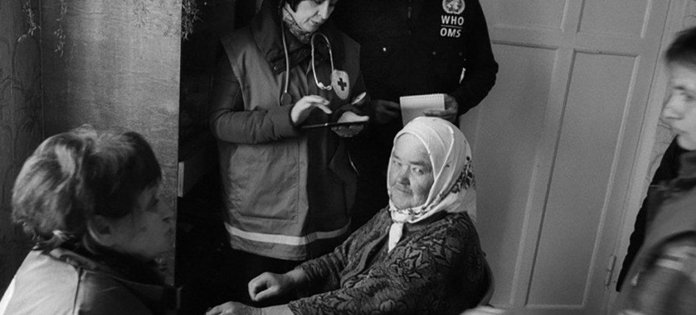 Maria Korchma avait besoin de soins de santé après avoir été déplacée de son domicile à Donetsk, dans l'est de l'Ukraine. Elle a été examinée dans le village de Pidvysoke, dans la région de Kharkiv, par une unité mobile de soins de santé primaires d'urgence gérée par la Croix-Rouge ukrainienne, un partenaire de l'OMS.