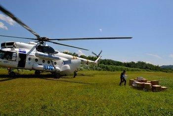 Helicópteros de la Oficina de Asuntos Humanitarios de la ONU entregan cajas con medicamentos y artículos de primera necesidad en lugares de difícil acceso en la República Democrática del Congo. Foto: OCHA