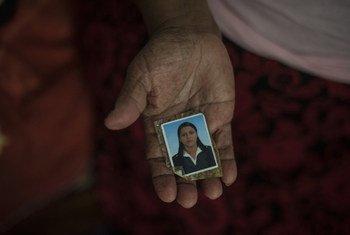 Пожилая женщина из Сальвадора сейчас живет в Мексике. Она держит в руках фотографию своей дочери, погибшей от рук бандитов в возрасте 27 лет.  Фото УВКБ