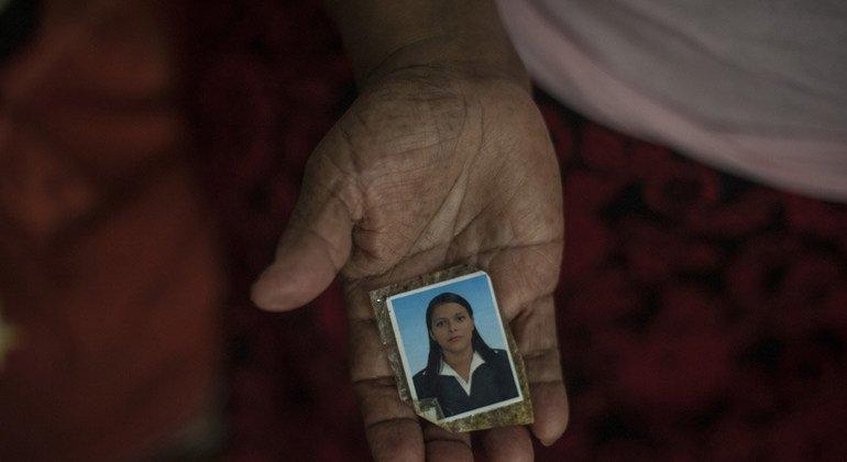 Una mujer salvadoreña muestra la foto de su hija asesinada por una pandilla a los 27 años, antes de que la familia huyera de su comunidad. Foto: ACNUR/Daniel Volpe