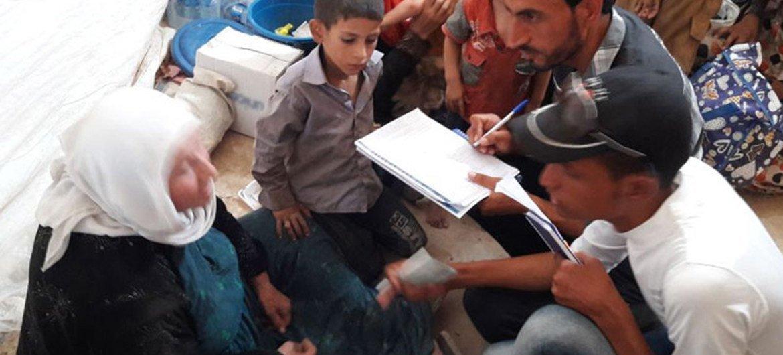 Trabajadores humanitarios atienden a los civiles que huyen de los enfrentamientos en Telafar. Foto: OIM