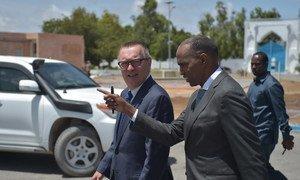 Le Premier ministre somalien, Hassan Ali Kheyre, discutant avec le Secrétaire général adjoint des Nations Unies aux affaires politiques, Jeffrey Feltman à Mogadiscio, en Somalie.