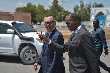 El primer ministro de Somalia, Hassan Ali Kheyre (derecha), con el secretario general adjunto de la ONU para Asuntos Políticos, Jeffrey Feltman, en Mogadishu. Foto: ONU/Tobin Jones