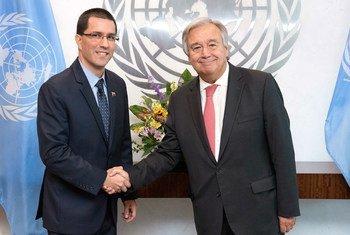 Le Secrétaire général de l'ONU, Antonio Guterres, avec M. Jorge Arreaza, Ministre des affaires étrangères du Venezuela.