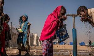 Des enfants boivent au robinet dans une école soutenue par l'UNICEF dans le camp de déplacés de Bukasi, à Maiduguri, dans l'Etat de Borno, au Nigéria. Photo UNICEF/Gilbertson