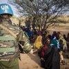 Un Casque bleu de la MINUSMA au contact de la population centrafricaine (archive). Le 3 avril 2018, un soldat de la paix a été tué et 11 autres blessés lors de l'attaque de la base temporaire de la MINUSCA à Tagbara, à 60 kilomètres de la ville de Bambari